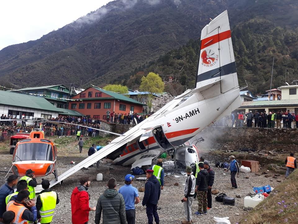 सोलुखुम्बुको लुक्लामा हवाईजहाँज दुईवटा हेलिकोप्टरसँग जुध्दा कम्तिमा चार जनाको मृत्यु (फोटो फिचर)