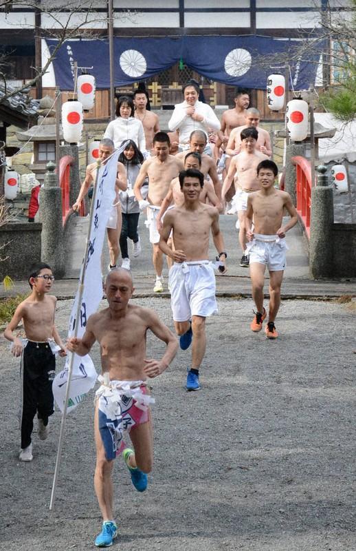 स्वास्थ्यका लागि जापानमा अर्धनग्न दौड