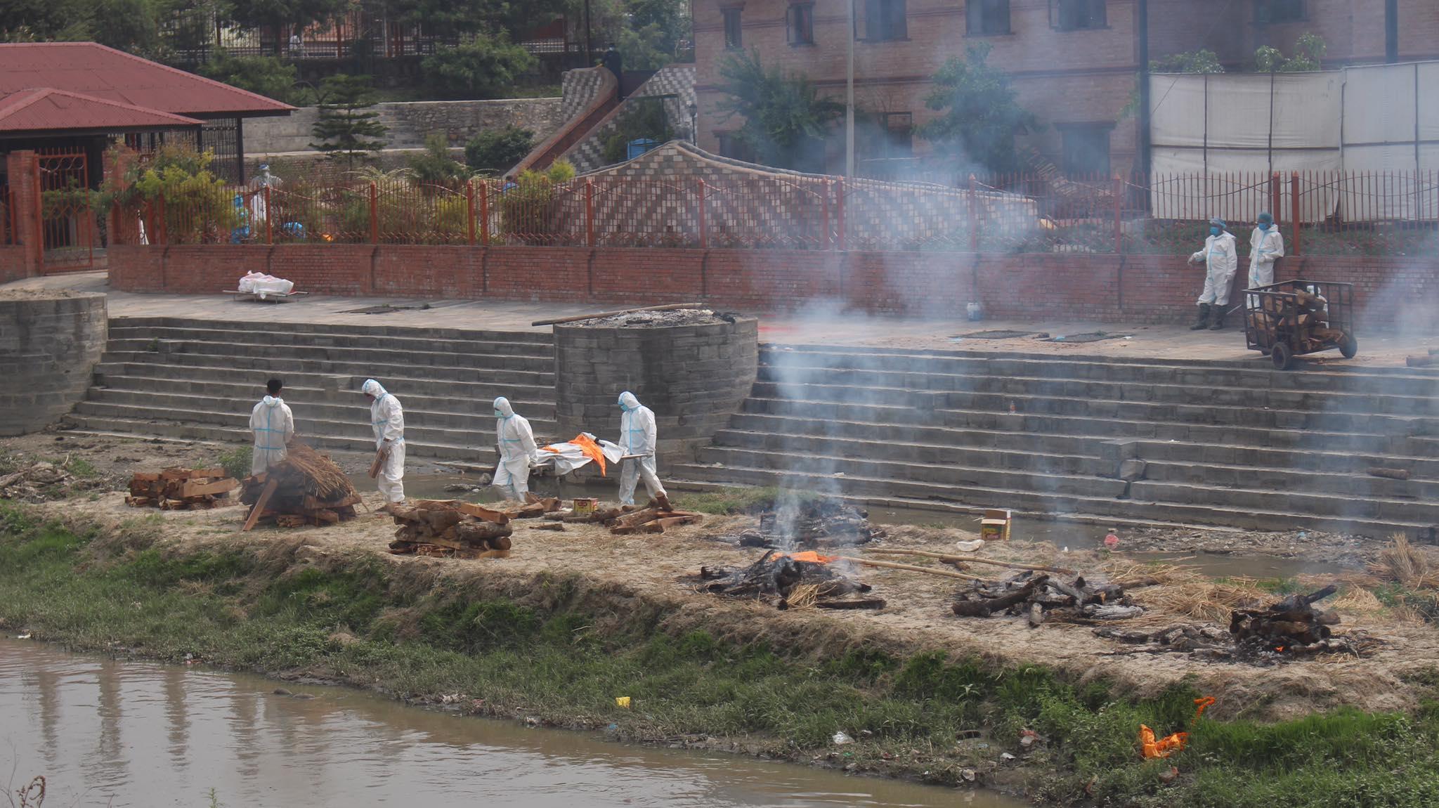 नेपालमा कोरोना महामार ईण्डियामा जस्तै बिकराल बन्दै, बाग्मती किनारमै शव जलाउन थालियो