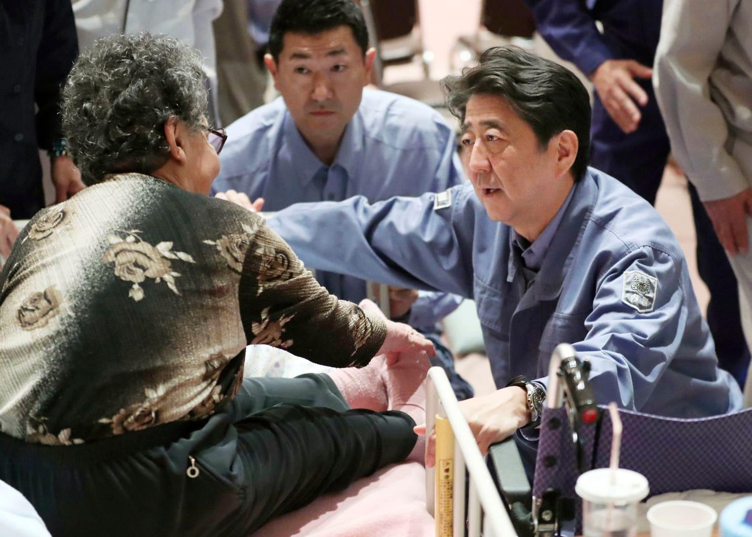 जापानमा भूकम्पमा परि मृत्यु हुनेको संख्या ३९ पुग्यो, प्रधानमन्त्री आबे प्रभावित क्षेत्रमा